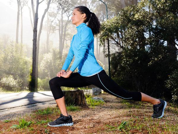 <p> Khởi động là bài tập đầu tiên trước khi bạn bắt đầu bước vào các bài tập bụng cụ thể. Hãy đốt cháy các chất béo vòng 2 bằng các bài tập khởi động như chạy trên máy chạy bộ, thể dục nhịp điệu hoặc đi bộ nhanh đơn giản.</p>