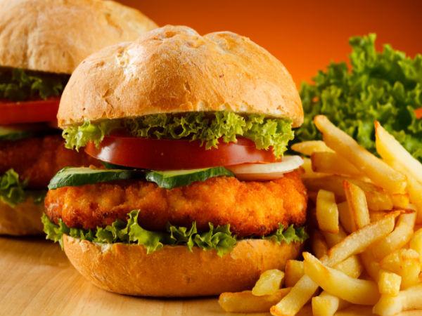 """<p class=""""Normal""""> Ăn bánh mì kẹp thịt làm tăng cholesterol, là nguyên nhân khiến mụn trứng cá và nếp nhăn xuất hiện.</p>"""