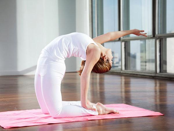 <p> Uốn cong là bài tập hiệu quả để làm phẳng bụng. Bắt đầu bằng tư thế quỳ 2 chân xuống sàn và thẳng người lên cao. Ngửa mặt và dang tay về phía sau sao cho tạo thành một đường thẳng, tay còn lại với ra sau nắm lấy gót chân. Hít sâu và giữ trong vài giây, thở ra và kết hợp từ từ đưa đầu về phía trước như ban đầu.</p>