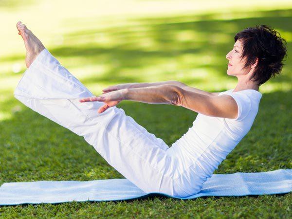 """<p class=""""Normal""""> Crunch chân thẳng đứng là m<span>ột bài tập thuộc crunches được chứng minh rất hiệu quả để làm phẳng bụng. Nhấc chân thẳng lên cao sao cho phần chân và phần trên cơ thể tạo thành hình chữ V.</span></p>"""