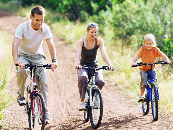 <p> Ngoài các bài tập giảm bụng, bạn cần tập trung vào các bài tập nhằm củng cố cơ bụng. Đi xe đạp sẽ giúp củng cố và ổn định cơ bắp ở phần bụng.Đi xe đạp ngoài trời hoặc trong một phòng tập khoảng 30 phút có thể đốt cháy đến 500 calo.</p>