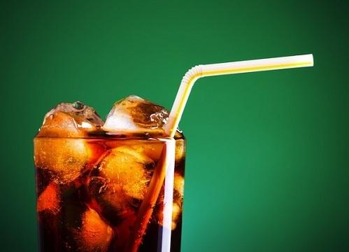 """<p class=""""Normal""""> Tất cả loại nước ngọt có ga đều gây hại nếu được hấp thụ khi dạ dày trống rỗng. Axit trong các đồ uống này phản ứng với axit dạ dày sẽ dẫn đến các vấn đề sức khỏe như buồn nôn và ợ nóng.</p>"""