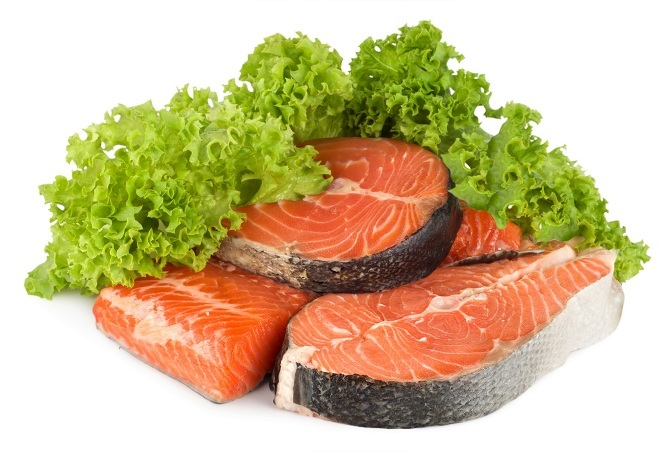 """<p class=""""Normal""""> Cá rất có lợi cho sức khỏe nhưng lại chứa nhiều choline khiến nó có mùi tanh. Nếu ăn quá nhiều, bạn sẽ bị ám mùi. Những người mắc phải rối loạn di truyền gen có tên trimethylaminuria rất hay """"bốc mùi"""" sau khi ăn cá do không chuyển hóa được thực phẩm, buộc phải giải phóng trimethylamine qua đường mồ hôi.</p>"""