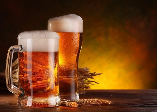 """<p> Đồ uống có cồn (bao gồm mùi) được hấp thụ và chuyển hóa thành các axit acetic bài tiết qua lỗ chân lông. Càng uống nhiều, cơ thể càng """"bốc mùi"""".Giờ thì bạn đã hiểu vì sao mình có mùi hôi sau khi uống bia rượu tối hôm trước.</p>"""
