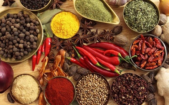 <p> Bạn có thể cho thêm một số gia vị cay như hành, tỏi, ớt để tăng hương vị cho món ăn đồng thời hạn chế calo, nhưng đừng cho quá nhiều vì chúng đều có chứa lưu huỳnh.</p>