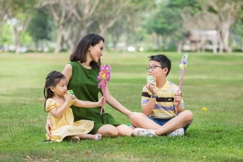 Những thực phẩm chứa nhiều canxi tốt cho sức khỏe của bé gồm có sữa.