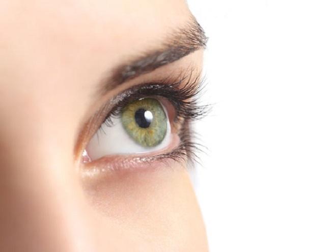 """<p class=""""Normal""""> Xóa nếp nhăn dưới mắt:<span>Để loại bỏ nếp nhăn nhanh dưới mắt, hãy kết hợp lòng trắng trứng và một muỗng cà phê dầu ô liu cùng một vài giọt nước hoa hồng. Đắp hỗn hợp này vào vùng mắt có nhiều nếp nhăn và để qua đêm. Thực hiện liên tục trong vòng 15 ngày để đạt hiệu quả.</span></p>"""