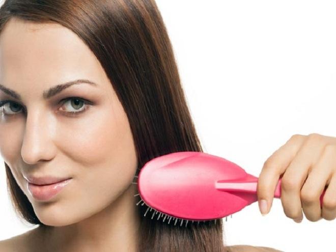 """<p class=""""Normal""""> Làm tóc thẳng và sáng bóng: B<span>uổi sáng thức dậy bạn thường thấy mái tóc vướng víu và xoăn rối. Để tóc mượt mà vào mỗi sáng, bạn chỉ cần vuốt dầu dưỡng lên mái tóc khô trước khi đi ngủ. Giữ nó qua đêm và xả sạch vào sáng hôm sau.</span></p>"""