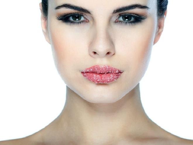 """<p class=""""Normal""""> Môi mềm:<span>Trước khi đi ngủ, massage đôi môi của bạn với một chút dầu hạnh nhân và muối và giữ nó qua đêm. Sáng dậy, bạn sẽ nhận thấy đôi môi đầy đặn và mềm mại.</span></p>"""