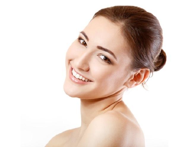 <p> Để có được làn da tươi sáng vào buổi sáng, trước khi đi ngủ hãy lau mặt với nước hoa hồng. Sau đó làm ấm dầu dừa tinh khiết và trộn với sữa. Massage khuôn mặt với hỗn hợp này để ngăn chặn quá trình lão hóa trên da.</p>