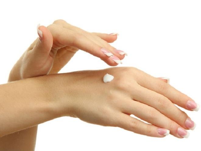 """<p class=""""Normal""""> <span>Để bàn tay mịn màng, trước khi đi ngủ hãy xoa bóp bàn tay với hỗn hợp glycerin và nước hoa hồng bằng cách trộn một thìa glycerin với một muỗng cà phê nước hoa hồng. Để qua đêm và rửa sạch vào sáng hôm sau.</span></p>"""