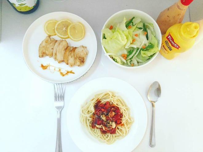 """<p> Từng sở hữu vóc dáng tròn trĩnh thời thiếu nữ,Naika Nayika thay đổi cách ăn uống và tập luyện để thon gọn hơn. Cô kiêng tinh bột 5 ngày mỗi tuần, chỉ ăn salad, súp rau củ quả, thịt gà và uống nước trái cây. Chế độ ăn của 9x giàu đạm, rau xanh để giảm cân và cơ thể vẫn khỏe khoắn. Vào 2 ngày """"xả"""", cô ăn thoải mái mì Ý, thịt viên.</p>"""