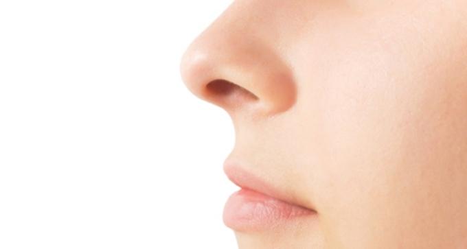 """<p class=""""Normal""""> Tạp chí <em>Niên giám Thần kinh học</em> của Mỹ công bố kết quả nghiên cứucho thấymột số người già không thể phân biệt được mùi của quả chuối và chanh có tỷ lệ mắc bệnh Parkinson cao hơn gấp 5 lần bình thường. Các nhà khoa học giải thích: Khu vực phụ trách chức năng khứu giác của đại não là nơi Parkinson xâm chiếm đầu tiên. Tình trạng giảm khứu lựcbiểu hiện trong 2 đến7 năm trước khi phát bệnh. Những người có dấu hiệu khứu giác như vậy nên uống dầu cá để tăng cường khả năng đề kháng của não.</p>"""