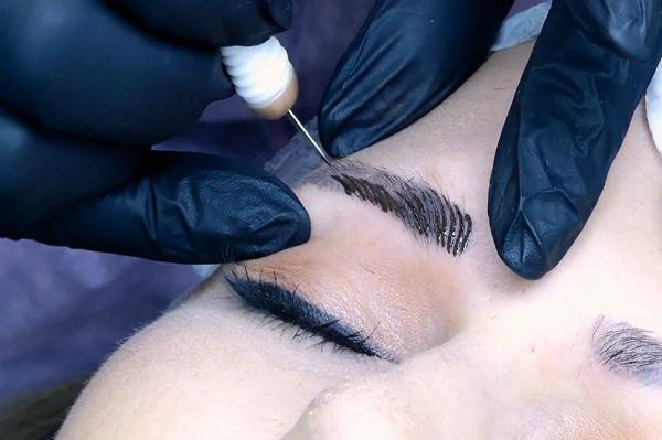 Phun xăm thẩm mỹ là dùng mũi kim đưa mực đâm xuyên trực tiếp vào da. Ảnh: GAB