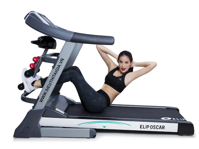 Phạm Hương áp dụng bài tập gập bụng trên máy chạy bộ Elip.