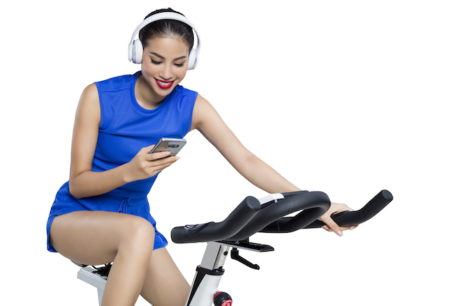 Phạm Hương có sở thích vừa tận hưởng âm nhạc, vừa đạp xe nhẹ nhàng.