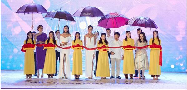 Top 3 Hoa hậu Hoàn vũ Việt Nam 2017 tham gia cắt băng khai trương Pearlsense Spa.