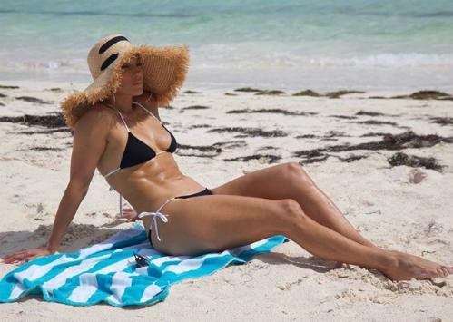 Để duy trì vóc dáng, Jennifer Lopez tuân thủ chế độ dinh dưỡng và tập luyện nghiêm khắc. Ảnh: Instagram.