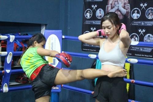 Thu Hương sở hữu vòng eo con kiến sau 4 tháng tập luyện. Ảnh: Cao Khẩm.