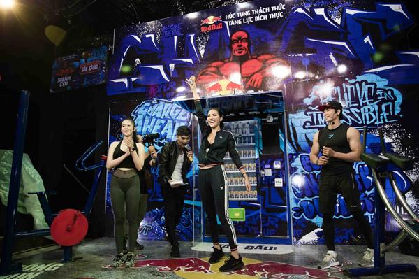 Hệ thống gym tương tác ngoài trời Red Bull Dream Gym vừa khai trương tại rạp chiếu phim Galaxy Kinh Dương Vương mang lại nhiều trải nghiệm mới mẻ cho người dùng.