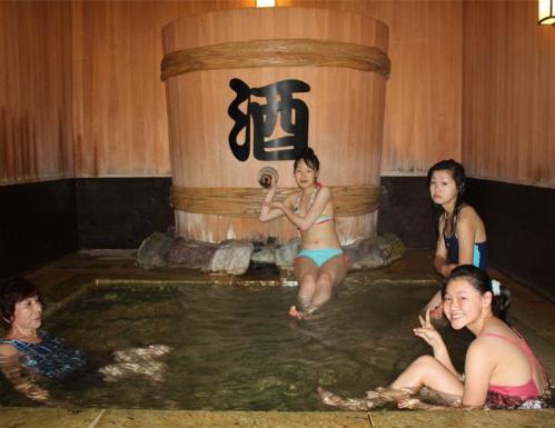 Phòng tắm Sake là một liệu pháp spa rất phổ biến ở Nhật Bản. Ảnh: Fashionlady