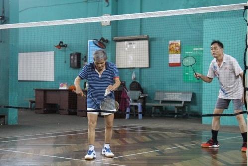Các cụ ông chơi đánh cầu lông. Ảnh: Cao Khẩm.