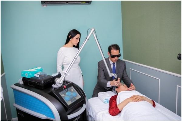 Khách hàng trải nghiệm công nghệ cao Laser Picosure.