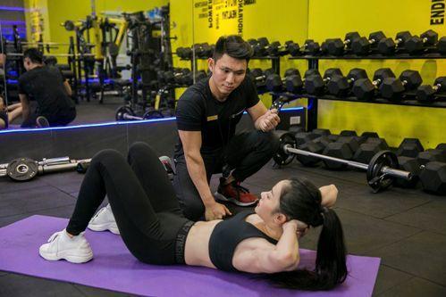 Hồng tập gập bụng dưới sự hướng dẫn của huấn luyện viên cá nhân riêng. Ảnh: C.K