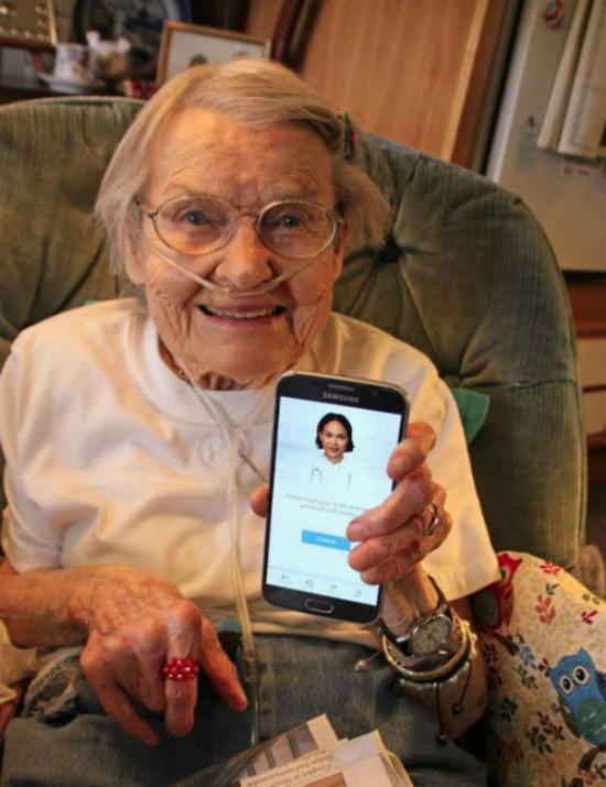 Bệnh nhân được trợ lý y tế ảo chăm sóc và trả lời các câu hỏi trên điện thoại thông minh. Ảnh: TBJ