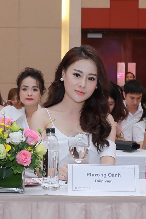 Phương Oanh chọn lốitrang điểm nhẹ nhàng, để tóc uốn xoăn bồng bềnh khi tham dự sự kiện.