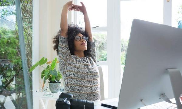 Vertue đang thực hiện một trong tám bước của phương pháp yoga bàn. Ảnh: Independent