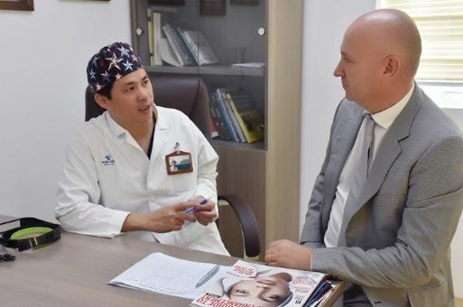 Bác sĩ Emmanuel Delaunay trong lần công tác tại Bệnh viện Quốc tế Thảo Điền.