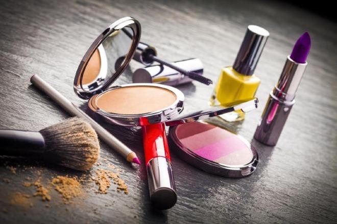 Vi khuẩn có hại cho da sẽ bắt đầu hình thành khi các chất bảo quản trong mỹ phẩm hết hạn sử dụng. Ảnh: MGN