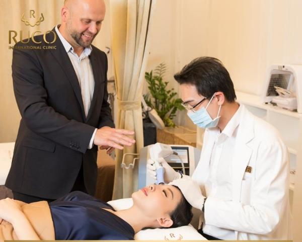 Ca sĩ Tóc Tiên, đại sứ thương hiệu của Ruco được bác sĩ trị liệu trẻ hóa da bằng công nghệ V line face kết hợp younglift 360 từ Anh quốc.