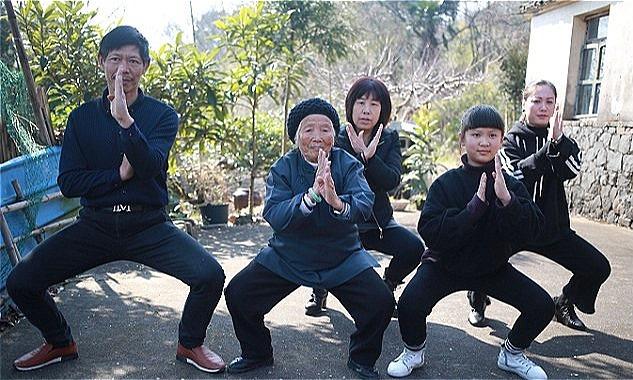 Cụ bà 94 tuổi múa Kungfu điêu luyện