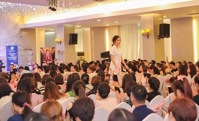 Các hội thảo do cơ sở làm đẹp của Mỹ Duyên tổ chức thu hút hàng trăm chị em.
