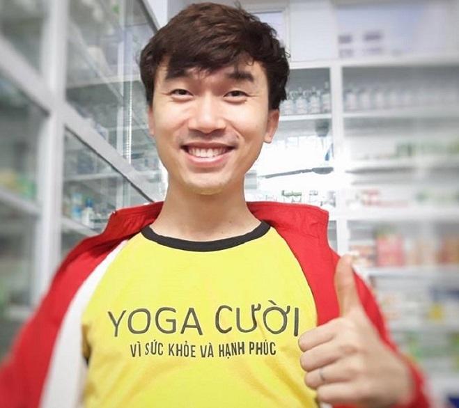 Chiếc áo vàng Yoga cười đã cùng anh mang tiếng cười đến mọi người trong suốt 8 năm. Ảnh: Thùy An