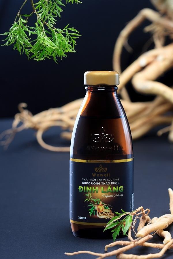 Nước uống thuần thảo dược Wewell - Đinh Lăng giúp giảm mệt mỏi, tăng cường sức khỏe.