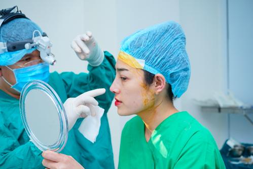 Tại phòng khám AZ Nóe, khách hàng sẽxem dáng mũi của mình trước khi đóng vết khâu.