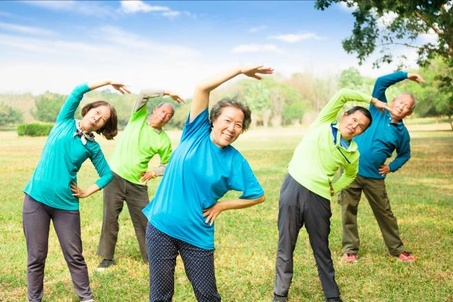 Người cao tuổi cần lưu tâm phòng tránh nhiễm lạnh đột ngột khi tập thể dục buổi sáng.