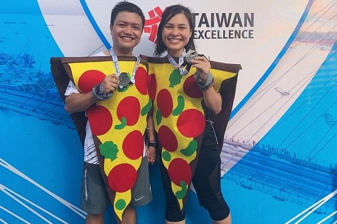 Anh Nam và chị Ngọc hóa trang thành chiếc bánh Pizza tham gia giải chạy ngày 13/1. Ảnh:Nhân vật cung cấp