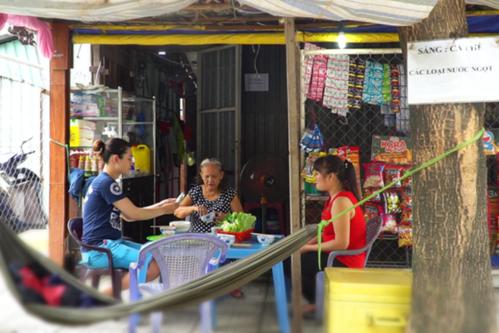 Để thoát khỏi định kiến của họ hàng và làng xóm, gia đình Thoại Vy đã khăn gói lên TP HCMmưu sinh.