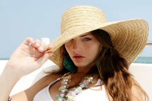 Thoa kem chống nắng mỗi khi cần ra ngoài giúp ngăn tia UV xâm nhập sâu vào da.