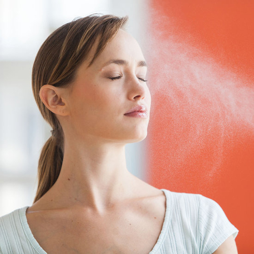 Sử dụng nước xịt khoáng giúp hạ nhiệt độ trên da và bổ sung khoáng chất mất đi do đổ mồ hôi nhiều.