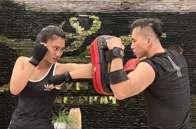 Hồng Nhung tập Muay Thái cùng đồng đội. Ảnh: Nhân vật cung cấp