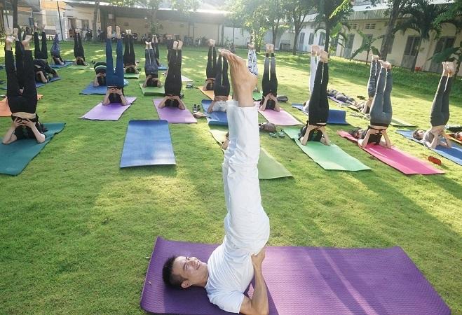 Lớp học yoga ngoài trời của anh Hiển. Ảnh: Thùy An