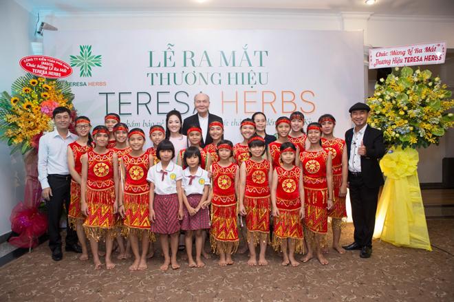 Nhạc sĩ Vũ Thành An cùng các em nhỏ ở mái ấm An Vũ tại lễ ra mắt Teresa Herbs ngày 6/4.