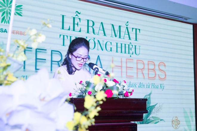 Bà Hồng Vân - Giám đốc Công ty TNHH Dược thảo Teresa An Vũ phát biểu trong sự kiện.