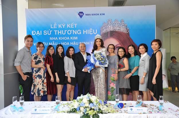 Đại diện hệ thống Nha khoa Kim tại lễ ký kết với đại sứ thương hiệu - Hoa hậu Siêu quốc gia châu Á 2018 Minh Tú.