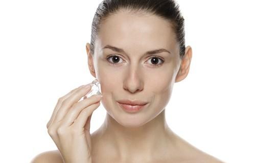 Dùng viên đá nhỏ di nhanh khắp khuôn mặt giúp thu hẹp lỗ chân lông. Ảnh: healthmeup.